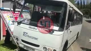 В Сочи автобус покатился с горки.