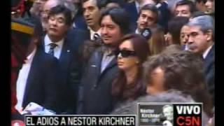 Cristina Fernandez Saluda A La Gente En El Velatorio De Nestor Kirchner