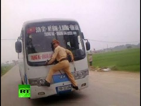 Vigile si aggrappa al finestrino per fermare il Bus