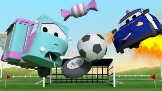 Odtahové auto pro děti Malá Carrie hraje fotbal Odtahové auto Tom ve Městě Aut