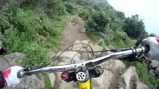 Смотреть онлайн Экстримал-велосипедист на склоне горы