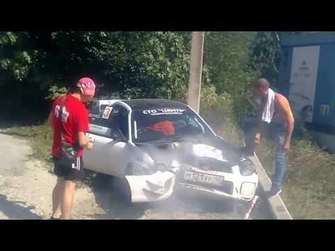 Автогонщик врезался в столб, во время гонок возле Гизель-Дере