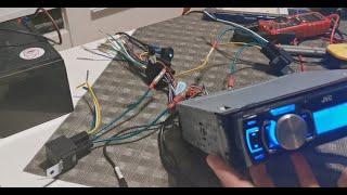 Autoradio an Starter und Versorger-Batterie anschließen (Iso-Stecker)