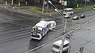 В Уфе лоб в лоб столкнулись автобус и автомобиль скорой помощи