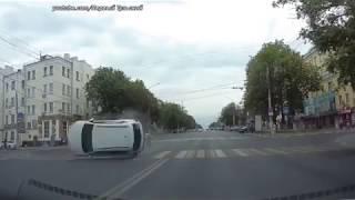 Момент столкновения иномарок на проспекте Ленина Тулы попал на видео