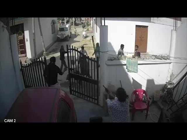 شاهد كيف خلصت هذه المرأة زوجها من أيدي 10 رجال انهالوا عليه بالضرب