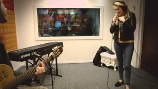 Do zingt live haar nummer 'Liefde Voor Later' en 'Now That I've Found You'