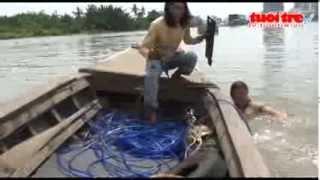 Những  Rái Cá  Mò Phế Liệu ở đáy Sông