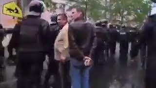 Policja w Odesie odmówiła zaatakowania protestujących. Rzucili tarcze na ziemię i poszli.