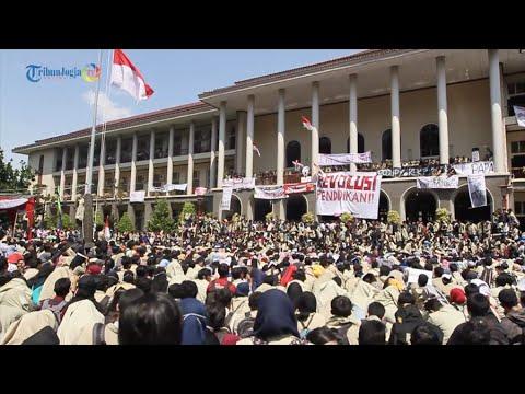 Demo Besar! Ribuan Mahasiswa UGM Geruduk Gedung Rektorat