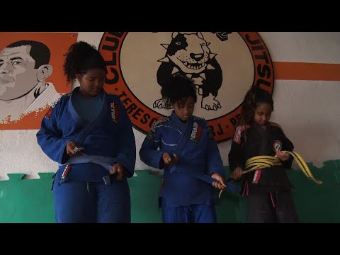 Teresópolis: meninas vendem doces para competir no mundial de jiu-jitsu