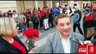 El PSOE de Andújar realiza su tradicional reparto de claveles                 por el Día Internacion