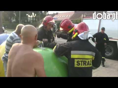 Strażacy wyciagaja kolesie ze śmietnika