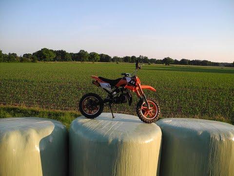 Der Luftfilter ist mit dem Benzin auf dem Motorroller überflutet
