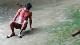 preview picture of video 'টাংগাইলের মেসে বৃষ্টিতে পিছিলা খেলার মজা।'