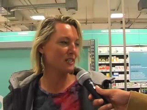 Lattivatore femminile in una farmacia su salute