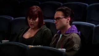 Leonard est dérangé par Sheldon au cinéma