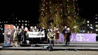 Christmas carol singers on Trafalgar Square (London 2009)