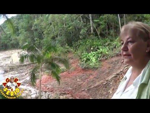 Carmem mostra os prejuízos causados pela chuva acompanhada de vento no Distrito dos Barnabés