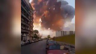Beirut, l'enorme esplosione investe l'uomo che sta girando il video: l'onda d'urto in soggettiva