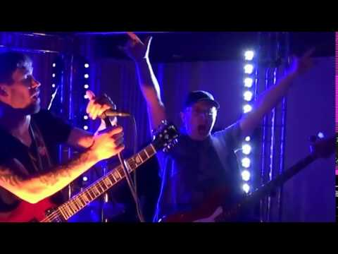 У нас вопрос, помогите! Мы всей командой не можем понять, что произошло с нашим бас-гитаристом!