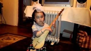 4 летняя девочка играет на комузе ( amazing player on komuz 4 years olds girl)