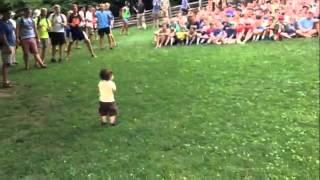 Смотреть онлайн Ребенок зажигает толпу
