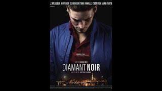 """""""Czarny diament""""-Paryż. Pier Ulmann (Niels Schneider) jest zagubionym chłopakiem pochodzącym z zamożnej rodziny. Od czasu do czasu pracuje na budowie i zajmuje się drobnymi kradzieżami, …"""