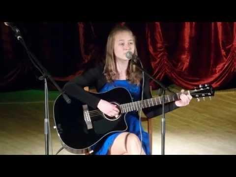 девушка поет под гитару закаты алые