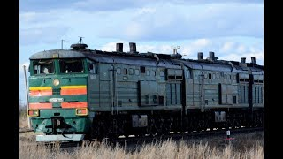 Тепловоз 2ТЭ10М-2225 (3ТЭ10МО) с грузовым поездом прибывает на станцию Тихоново.