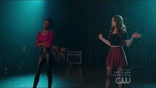 "Riverdale 2x18 Cheryl e Josie cantam juntas ""Unsuspecting Hearts"" - Carrie: The Musical"