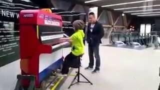 Малыш чудно играет на уличном пианино