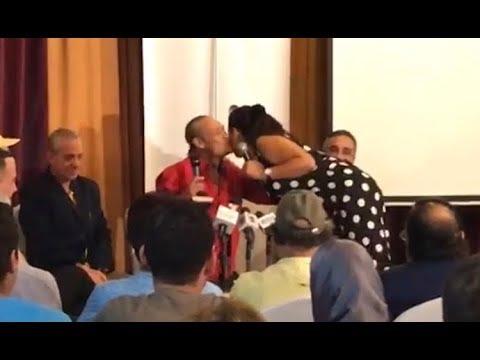 وفاء عامر تقبل فاروق الفيشاوي وتحكي موقف طريف معه في بدايتها
