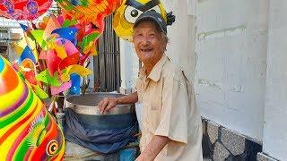 Cụ ông cả đời gắn bó với xe kẹo bông gòn nuôi cả gia đình