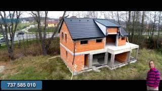 Pohled z ptačí perspektivy na rodinný dům v Blešně