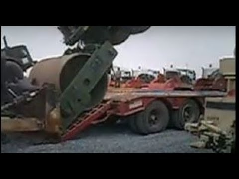 recorded while trying to load roller into flatbed truck, needed assistance from bulldozer, almost a little too much asistance. but funny to watch afterwards, could have been a lot worse. but luckily nobody was injured in the making of this video!  thanks for watching!, check out my other videos leave comments, like, or dislike, share, subscribe, but most important, have fun! grabado al intentar cargar el rodillo en camion plataforma, la asistencia necesaria de una excavadora, casi ayuda demasiado. pero divertido de ver después, podría haber sido mucho peor. pero por suerte nadie resultó herido en la realización de este video!