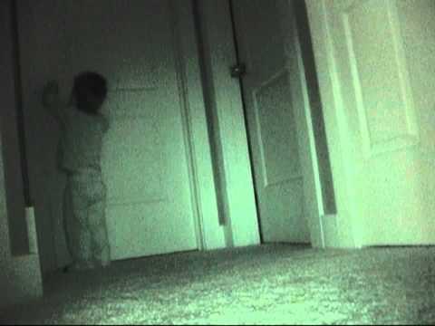 晚上經常不見東西,媽媽裝錄影機!竟拍到這一幕