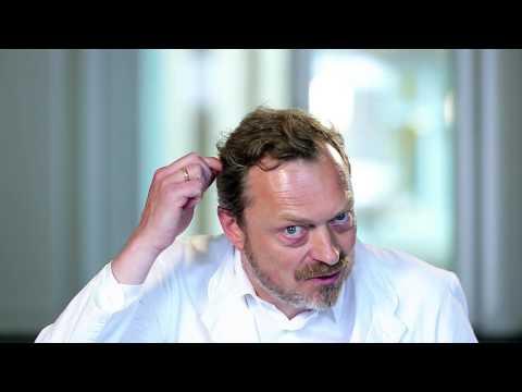 Bei 3х des monatlichen Kindes prolabiert das Haar auf dem Kopf