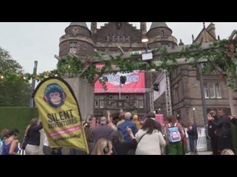 """Silent disco"" llena las calles de Edimburgo de bailarines silenciosos"