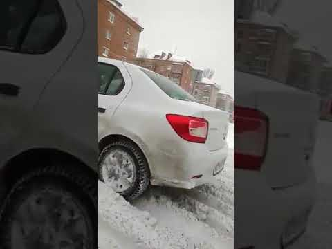Инспектор ДПС перенес инвалида через перекресток в Казани