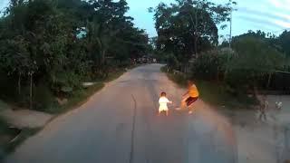 May Mắn Tài Xế Phản ứng Nhanh Khi Bé Bất Ngờ Chạy Sang đường