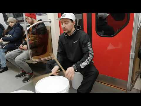 Музыка подземок. Соло на пластиковых ведрах. Эдуард.