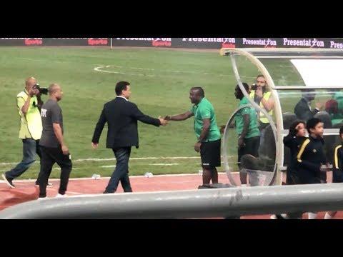 البدري وبركات يتوجهان لمصافحة جهاز المنتخب الكيني قبل انطلاق المباراة