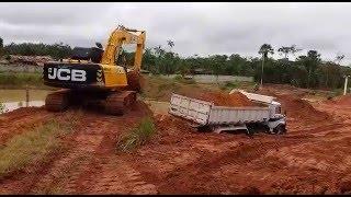 Escavadeira JCB JS200 No Carregamento