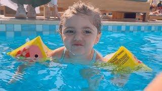 بيبي تسبح لحالها اول مرة😍 (بلعت المسبح😅