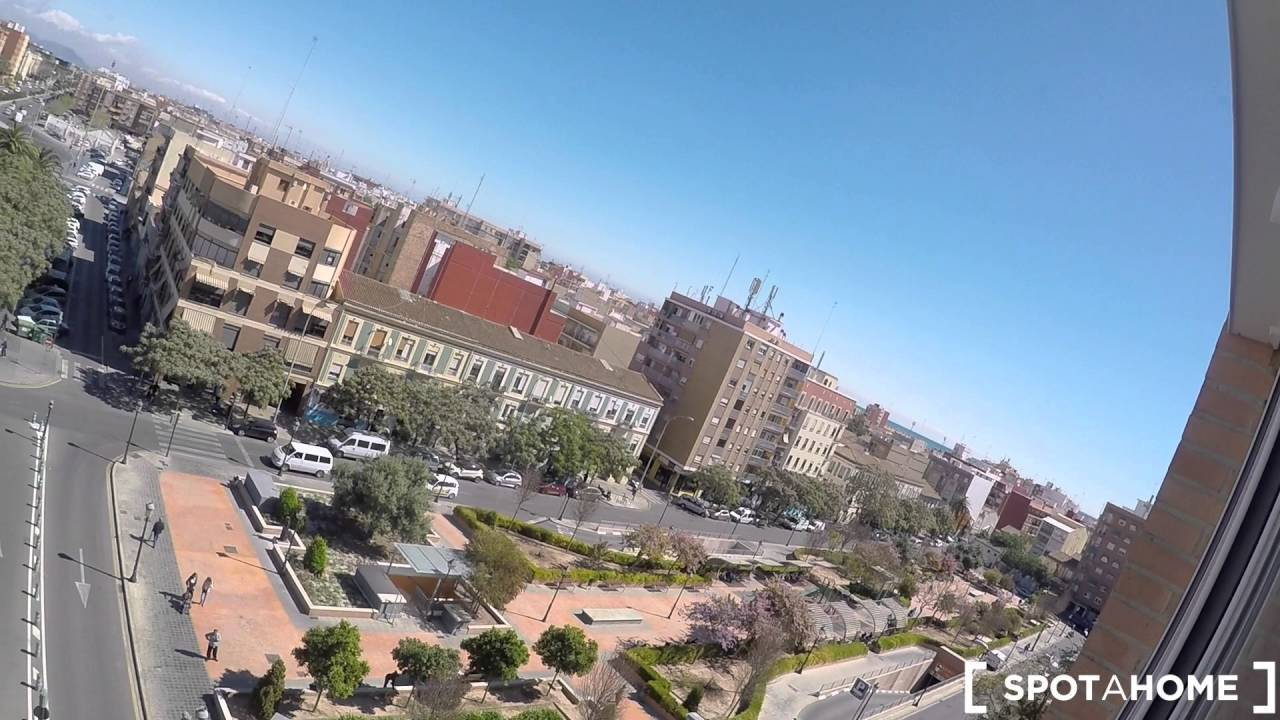 Affordable room for females for rent in Valencia, close to the beach