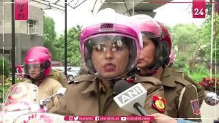 """شرطيات جميلات بـ """"الوردي"""" ينشرن الوعي بسلامة المرأة في الهند"""