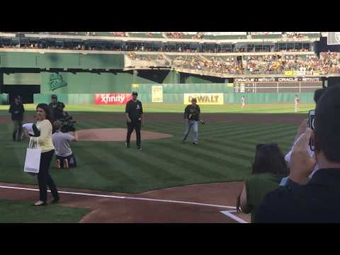 Klay Thompson throws absolute dart of first pitch at Bay Bridge Series