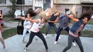 Девушки танцуют 'Праздник во дворе' хип хоп   dance театр 'Белый город' Сумы