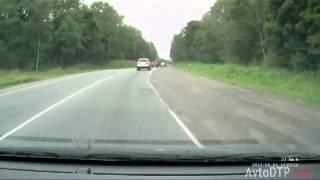 Смотреть онлайн Неуправляемый Камаз врезается в автомобиль